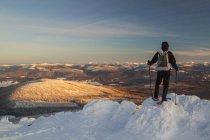 Raquetas de nieve en la gran montaña blanca, Columbia Británica, Canadá - foto de stock