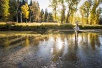 Людина на риболовлю на North Fork Payette річка в Айдахо — стокове фото