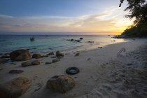 Paysage de plage sous un ciel romantique au coucher du soleil, île de Koh Lipe, Thaïlande — Photo de stock