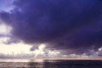 Photo de belle nature avec ciel dramatique au lever du soleil au-dessus de l'océan Pacifique Nord, Laie, Oahu, Hawaii, Usa — Photo de stock