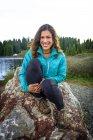 Ritratto di donna seduta su boulder rock, Colorado, Stati Uniti — Foto stock