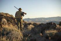 Людина прогулянки через беккантрі Невада, полювання кеклика. — стокове фото