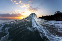 Zwei Wellen im frühen Morgenlicht der Morgendämmerung kollidieren. Ostseite von Oahu, Hawaii — Stockfoto