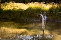 Homme cast appât sur la branche nord de la rivière Payette dans l'Idaho — Photo de stock