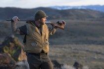 Мисливець відпочинку під час його кеклика полюванні, щоб насолодитися пейзажем. — стокове фото