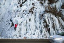 Eisklettern au cheval de Troie, un flux de glace routière près de Harrison Hot Springs, Colombie-Britannique, Canada. — Photo de stock