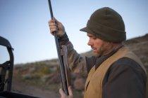 Hunter prepares his shotgun for the hunt. — Stock Photo