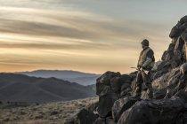 Мисливець користується Невада беккантрі під час полювання кеклика. — стокове фото