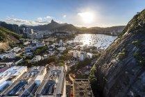 Vista desde el Po de Acar (pan de azúcar) durante la puesta de sol en Río de Janeiro, Brasil - foto de stock