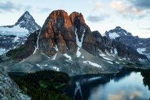 Vista panoramica di Mt Assiniboine e Starburst lago all'alba — Foto stock