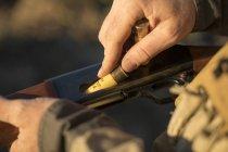 Мисливець завантажує зарядив рушницю. — стокове фото