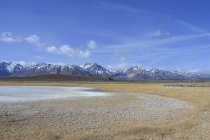Eastern Sierra Nevada all'orizzonte del Owens River Valley, California — Foto stock