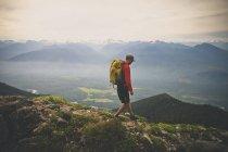 Eine Backpacker Wanderungen entlang der Sauk Mountain Trail in der North Cascade Mountain Range, Washington — Stockfoto