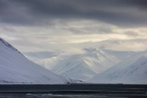 Snowy Mountains au Spitzberg avec l'Arctic Sea au premier plan, Svalbard — Photo de stock