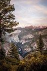 Montañas, cascadas y árboles - foto de stock