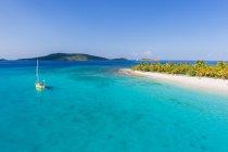 Вітрильник пришвартований Off нежилих острівець на Британських Віргінських островах у Карибському басейні — стокове фото