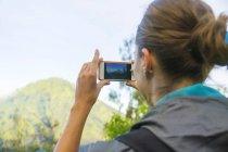 Close-up da mulher tirando foto de montanha com Smartphone — Fotografia de Stock
