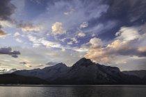Schneebedeckter Berg und Minnewanka-See bei Sonnenuntergang in Kanada — Stockfoto