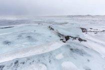 Снежный пейзаж с ледовых образований — стоковое фото