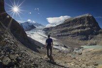 Uomo che esamina il ghiacciaio — Foto stock