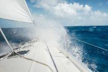 Парусній човні плавання в розбурхане море Карибського басейну — стокове фото