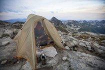Weibliche Bergsteiger Camping am Gipfel des Mount Marriott, Kanada — Stockfoto