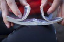 Un homme mélange un jeu de cartes. — Photo de stock