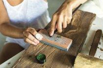 Photo sculpture jeune femme sur bois — Photo de stock