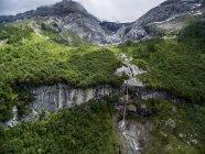 Альпийский пейзаж с водопадом, акробатика на скалистом уступе в кантоне Берн, Швейцария — стоковое фото