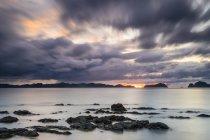 Larga exposición de Dolarog Beach al atardecer en un día nublado, El Nido, Palawan, Filipinas - foto de stock