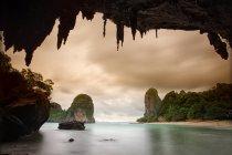 Tir longue exposition de la côte rocheuse avec ciel nuageux — Photo de stock