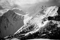 Snowcapped гірський пік із хмарного неба, чорно-білі — стокове фото
