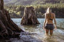 Жінки в Жан шорти ватяні в озеро на літній день — стокове фото