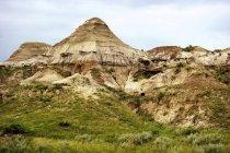 Rocce del Parco provinciale dei dinosauri con erba verde — Foto stock