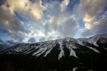 Bewölkter Himmel über schneebedeckten Gipfeln — Stockfoto