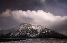 Wolken über schneebedecktem Berg am Waterton Lake — Stockfoto