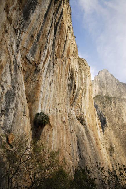 Parete di roccia ripida — Foto stock