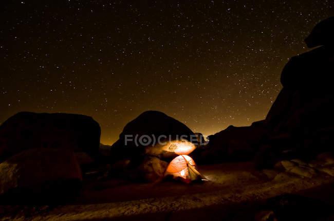 Zelt Beleuchtung der Nacht-Landschaft, Joshua Tree National Monument, Usa — Stockfoto