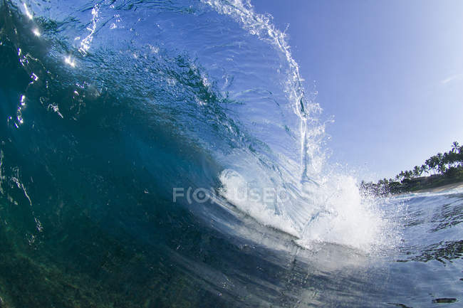 Ocean wave rolling towards the shore, on the north shore of Oahu, Hawaii — Stock Photo