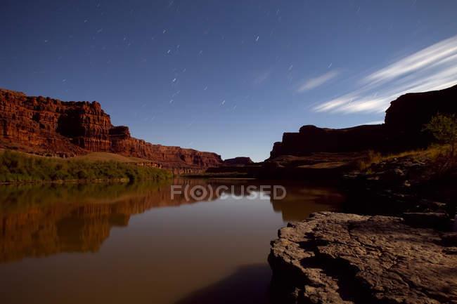Zeitaufwand von Mondlicht und Schlieren Sterne leuchtenden Colorado River, Canyonlands National Park, Utah. — Stockfoto