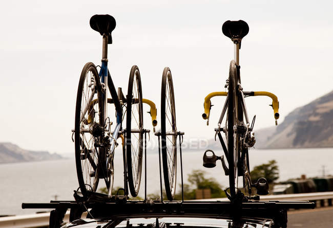 Duas bicicletas de estrada montagem em cima do carro durante a viagem ao longo do rio Columbia Gorge em Oregon — Fotografia de Stock