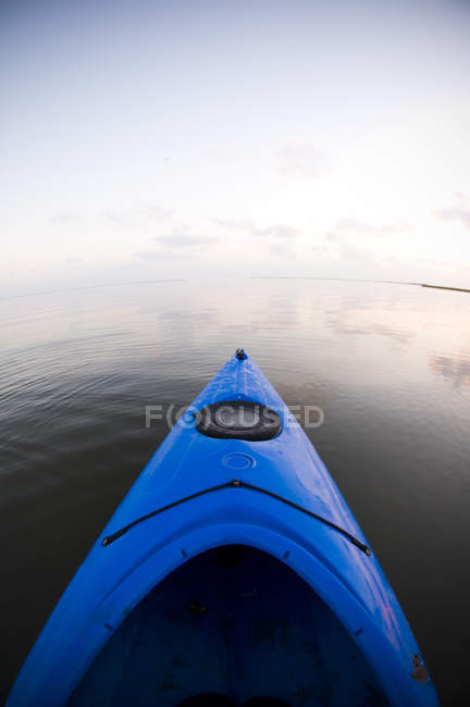 Dawn breaks over calm waters and blue kayak in Bayou Thunder Von Tranc — Stock Photo
