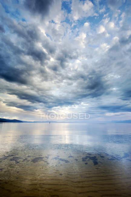 Nuvole riflettono fuori le acque calme del Lago Tahoe subito dopo una tempesta, Ca — Foto stock
