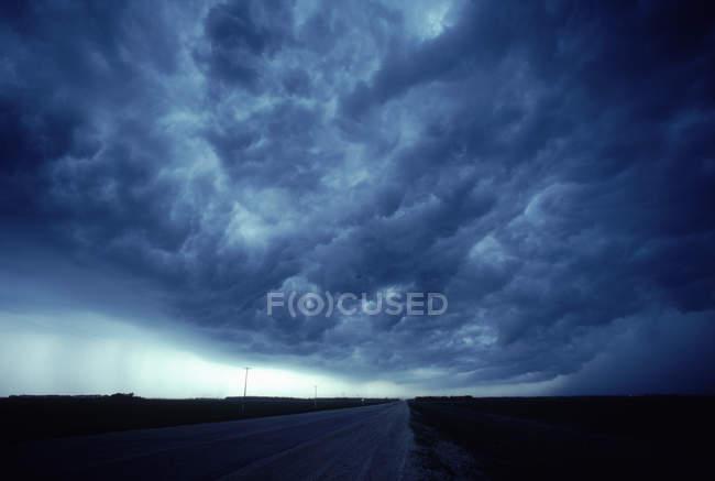 Ткацький верстат грозових хмар над шосе і і Манітоба краєвид — стокове фото