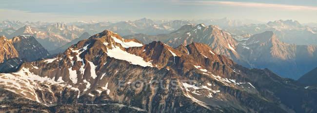 Камнеломка пик, часть горного хребта Лиллуэт вблизи Пембертон, Британская Колумбия, Канада — стоковое фото