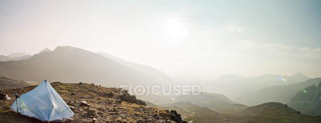 Синий одной стеной легкий тент шатер на краю скалистый хребет, с видом на альпийский луг Миэр Даунтон Крик Лиллуэт, Британская Колумбия, Канада — стоковое фото