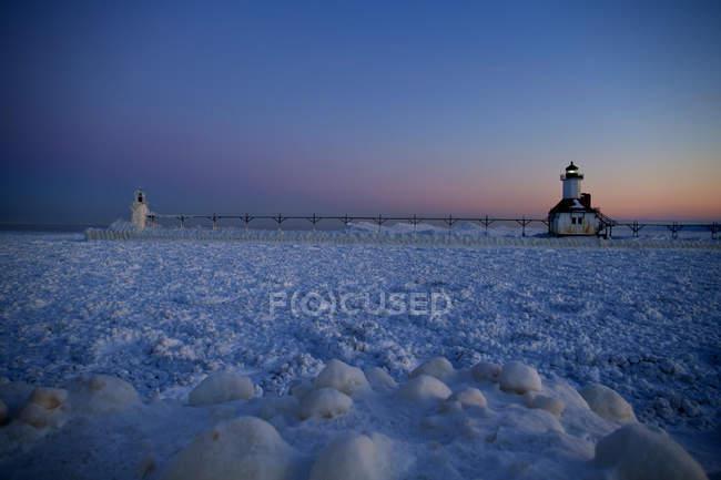 Сент-Джозеф, штат Мичиган, Маяк замораживается на берегах озера Мичиган — стоковое фото