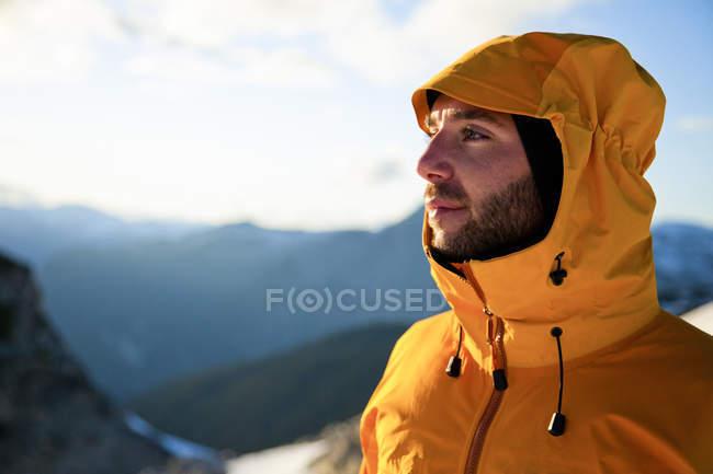 Портрет альпинист вблизи вершины пика Cypress вблизи Уистлер, Британская Колумбия, Канада — стоковое фото