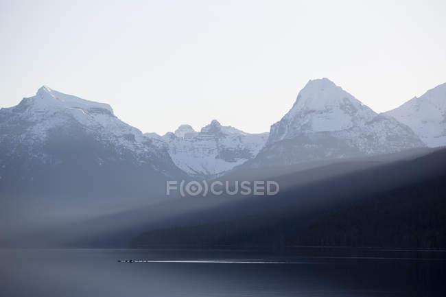 Утки крест спокойное озеро Макдональд на рассвете в Национальный парк ледника возле Западный ледник, Монтана — стоковое фото
