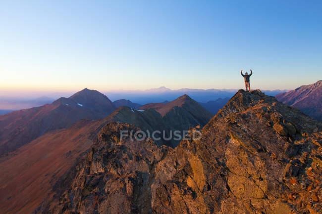 Турист стоит на скалистых саммита Хрустальный пик и поднимает руки в праздновании вблизи Пембертон, Британская Колумбия, Канада — стоковое фото